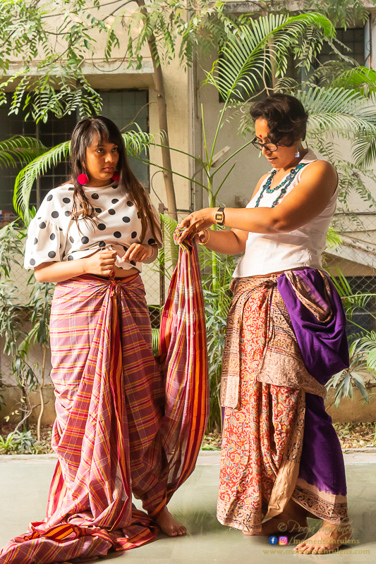 Nikyata tying Odisha ant drape on Veda